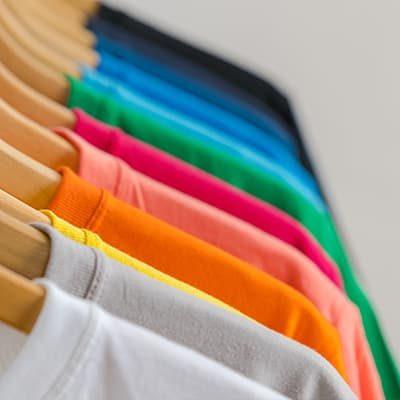 prendas de vestir de múltiples colores